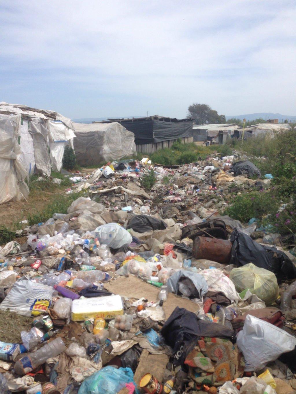 تنتشر القمامة بجميع أرجاء المخيم / بيتر مانويل فينيلو