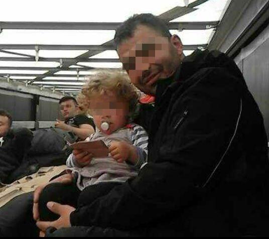 Kajin, caché dans un camion, tient un enfant dans ses bras lors d'une tentative de passage en Angleterre. Crédit : InfoMigrants