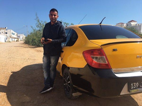 Miloud et son taxi, à Zarzis. Crédit : InfoMigrants