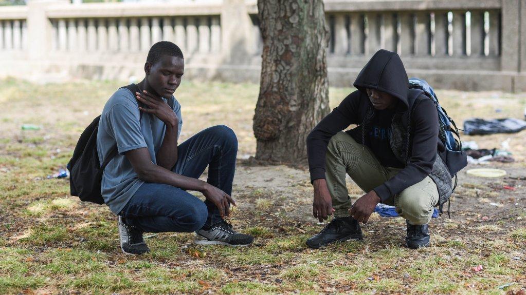 Deux mineurs tchadiens Samajita 16 ans et Hassan Bobacar 15 ans montrent lendroit o ils dorment en attendant de demander lasile Les deux amis denfance ont quitt ensemble la rgion du lac Tchad pour chapper aux exactions meurtrires du groupe jihadiste Boko Haram Crdit  Mehdi Chebil