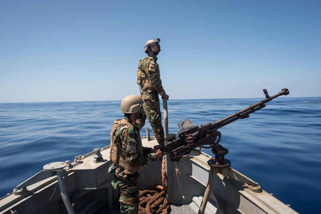 TAHA JAWASHI / AFP |Des gardes-côtes libyens patrouillent en mer, entre les villes de Sabratha et Zawiyah.