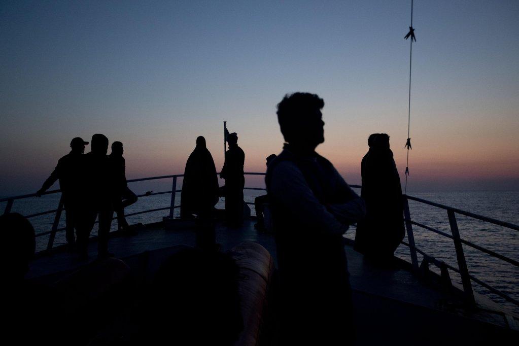 "ansa / مهاجرون ينظرون إلى صقلية من على متن سفينة تابعة لمنظمة ""بروأكتيفا"". المصدر: أنسا / برنات أرمانجيو."
