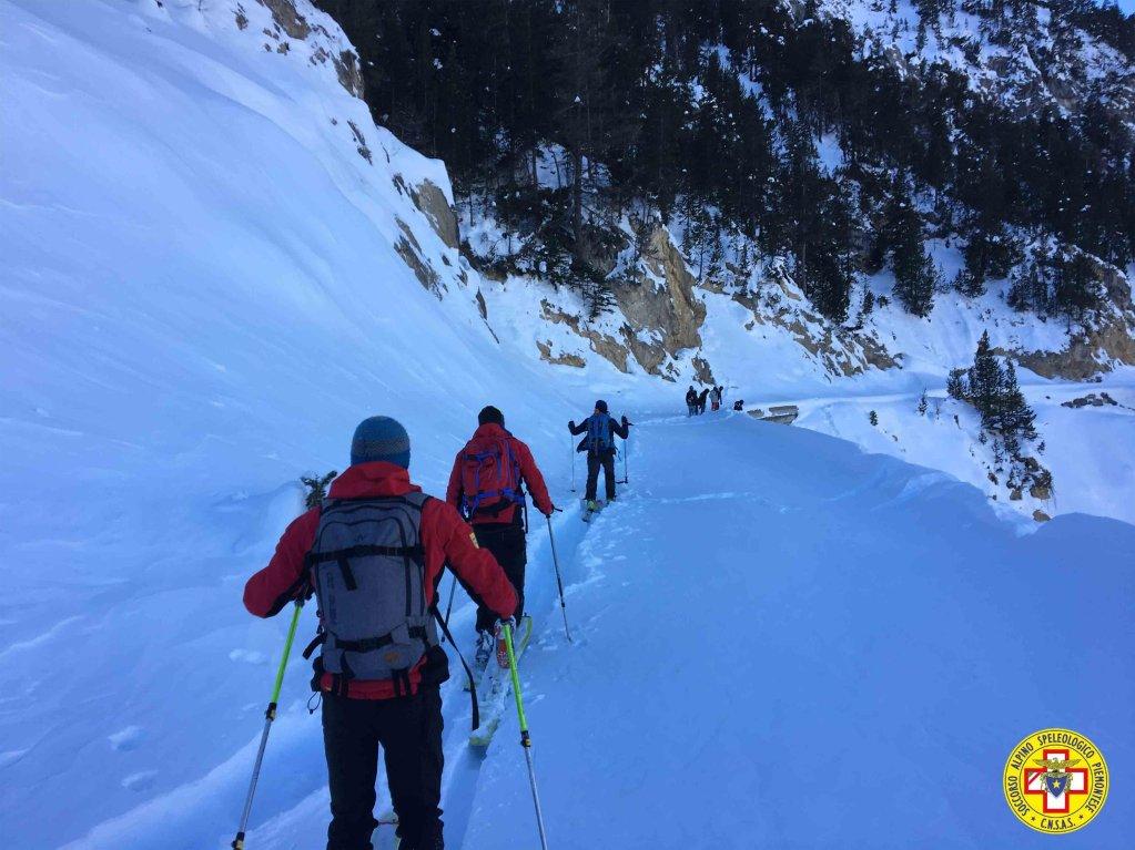 ansa / صورة نشرتها خدمة الإنقاذ في جبال الألب في منطقة فالي دي سوسا بعد أن أنقذت مجموعة من المهاجرين حاولوا عبور الحدود إلى فرنسا رغم الثلوج.
