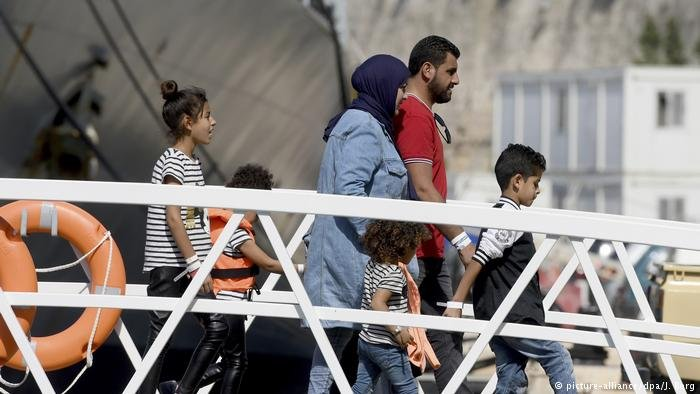 Migrants leaving ship in Malta