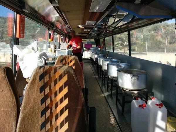 داخل الحافلة مطبخ مجهز يطعم 18000 لاجئ خلال 24 ساعة