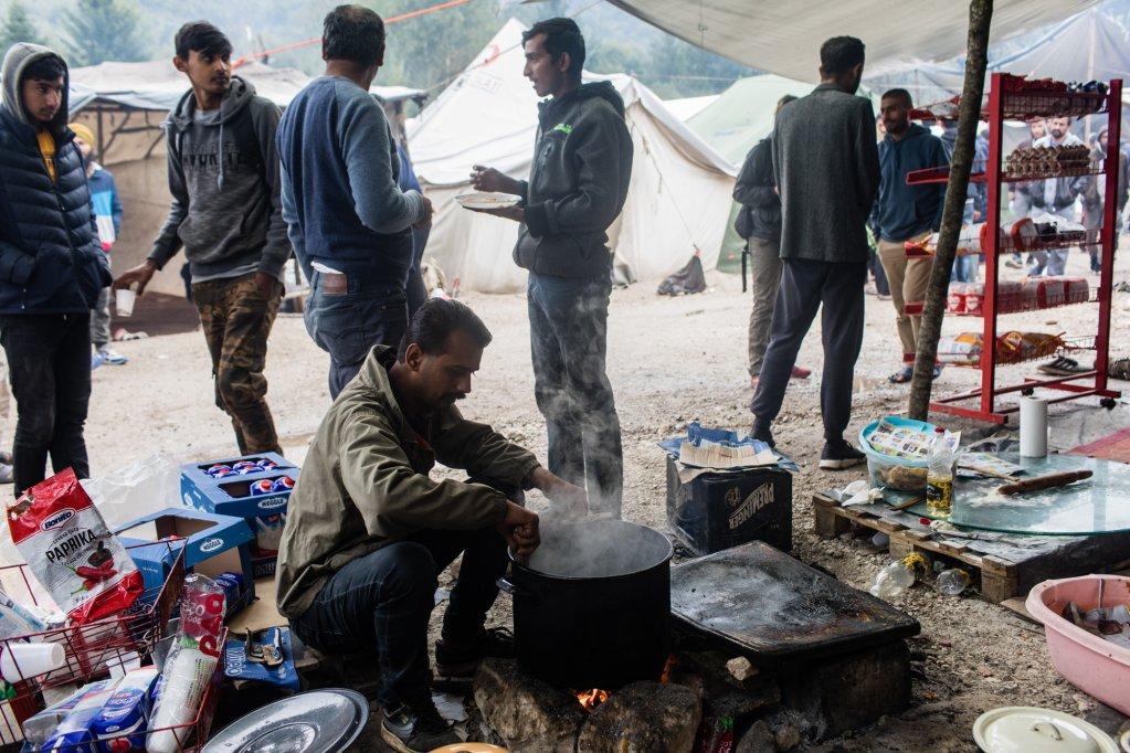 Au milieu du camp des choppes vendent de la nourriture mais la plupart des migrants nont pas les moyens de se loffrir Crdit  Jeanne Frank Item