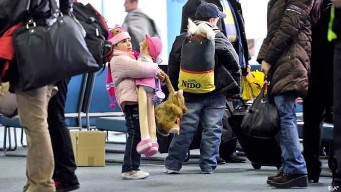 لاجئون عند صولهم لإحدى المطارات الألمانية في إطار برنامج إعادة التوطين/ أرشيف/ ANSA