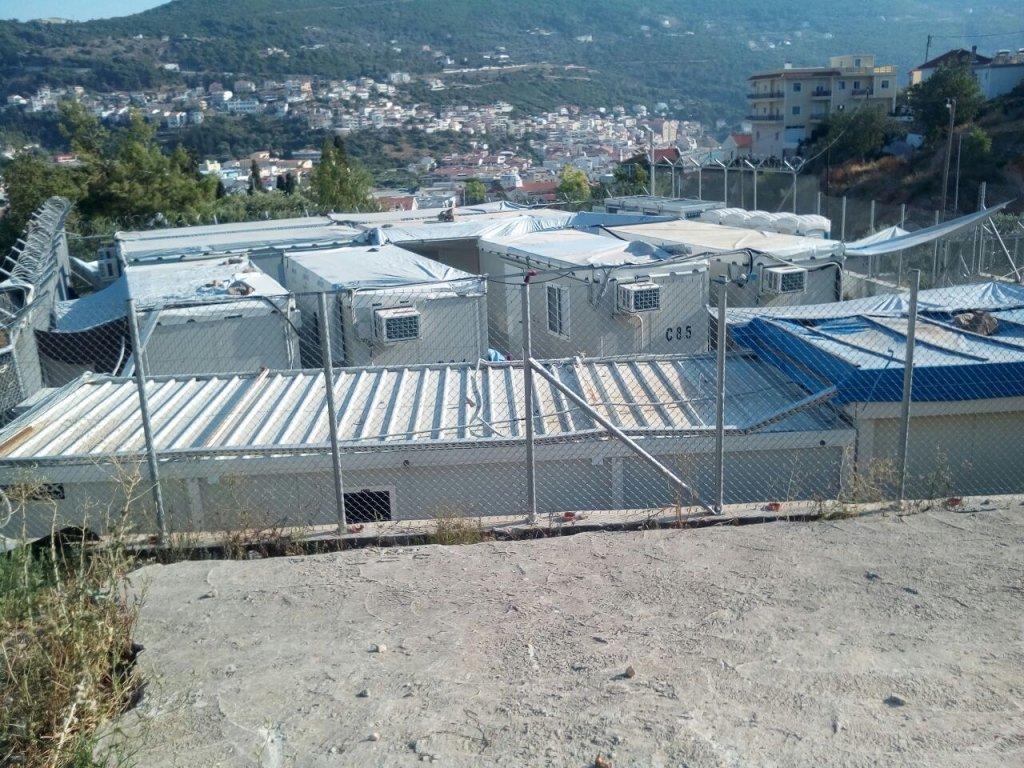 إطلالة من مخيم اللاجئين RIC على المدينة في جزيرة ساموس اليونانية