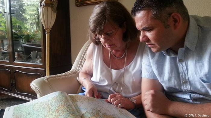 German woman with Syrian refugee looking at map | Photo: DW/S.Ouchtou