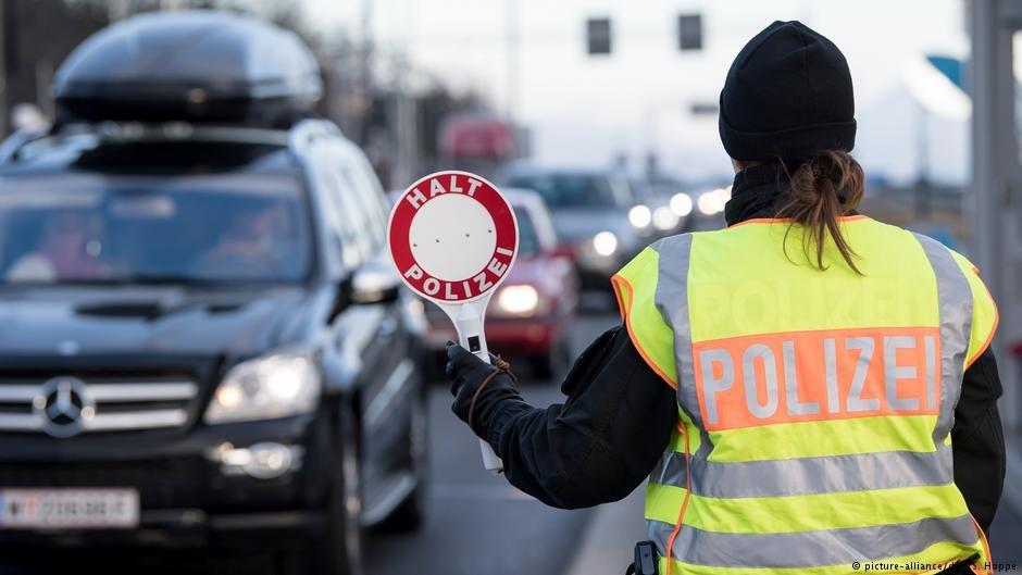 پولیس آلمان در حال کنترول در یکی از مرز های این کشور