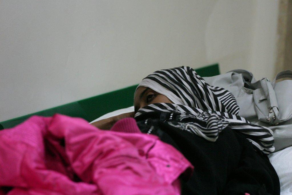ANSA / مهاجرة تعاني من البرد في كروتوني. المصدر: أنسا.