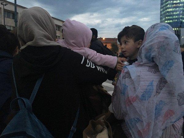 Le petit Kaïs dans les bras de sa mère Isra, à Sarajevo. Crédit : InfoMigrants