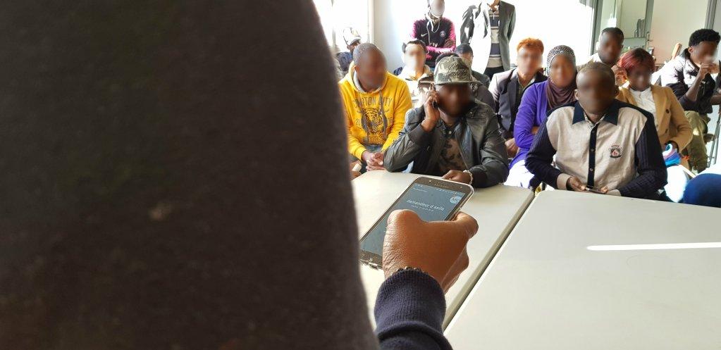 Charles-Patrick présente les démarches de la demande d'asile au CEDRE. Crédit : Anne-Diandra Louarn / Infomigrants