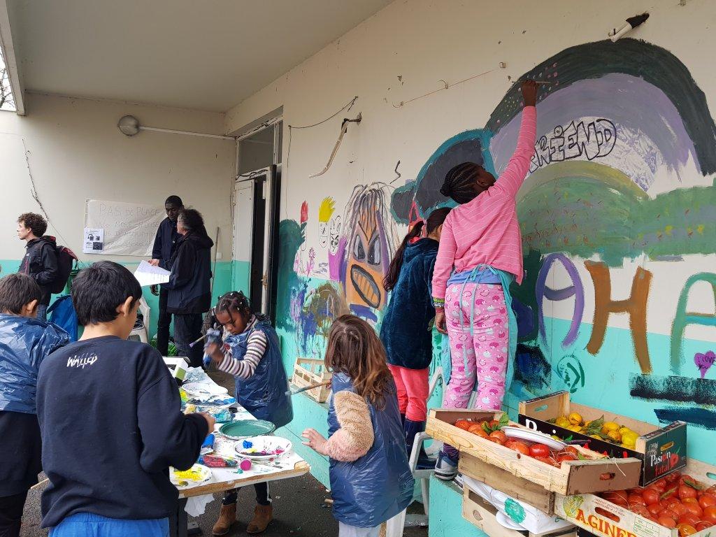 Samar et les autres enfants du squat de la Zone Libre prs de Bordeaux participent  un atelier de peinture anim par une bnvole Crdit  Anne-Diandra LOUARN  InfoMigrants
