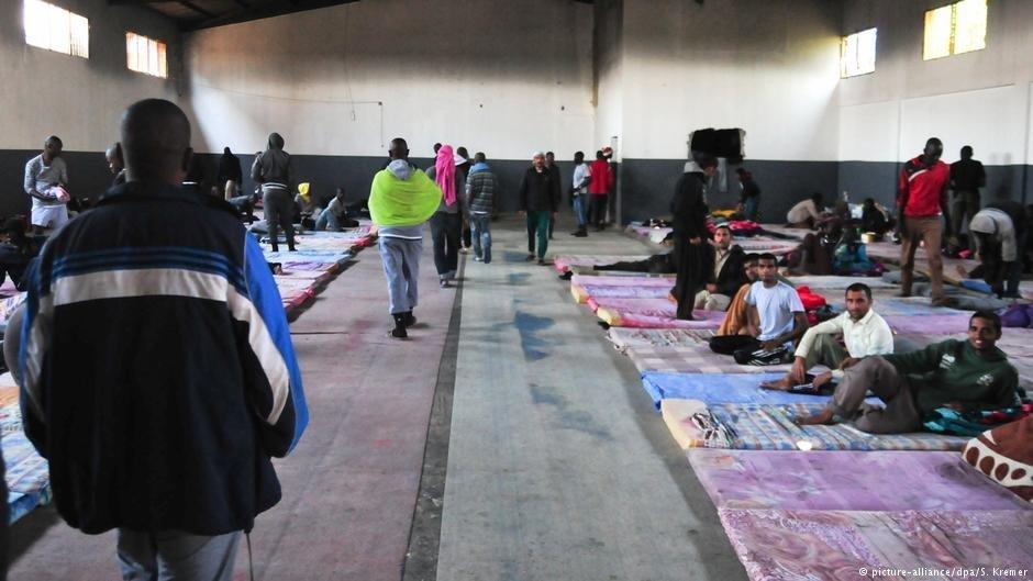 Des migrants africains dans un centre de détention près de Tripoli, 2017. Photo : Picture Alliance/S. Kremer