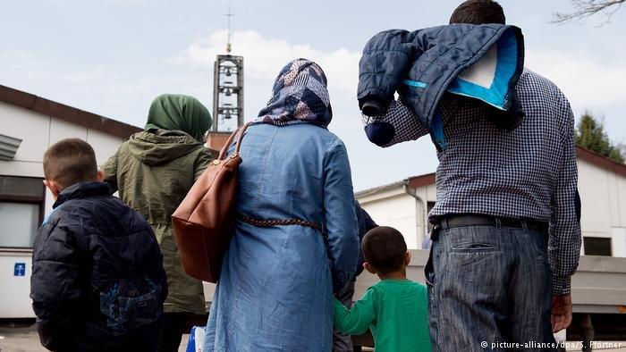 picture-alliance/dpa/S. Pförtner |صورة من الأرشيف للاجئين سوريين في ألمانيا.