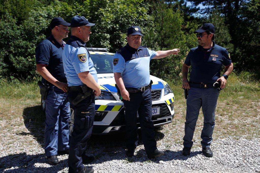 Afin de mieux contrôler les passages de migrants illégaux, des policiers italiens et slovènes ont commencé des patrouilles binationales dans les zones frontalières communes depuis le 1er juillet 2019. Crédit : Reuters / Borut Zivulovic