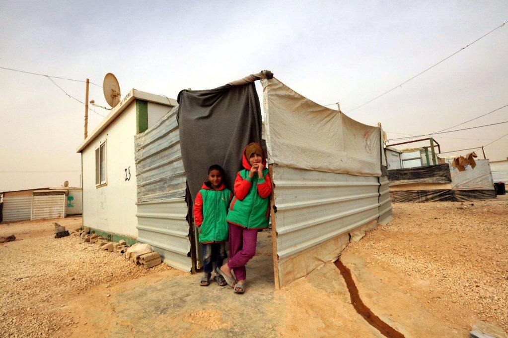 ANSA / لاجئون سوريون يقفون خارج إحدى الوحدات السكنية في مخيم الزعتري في الأردن. المصدر: إي بي أيه.