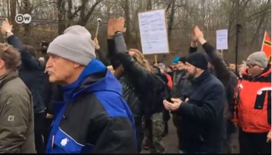 تشهد مدينة كوتبوس الألمانية مظاهرات ضد اللاجئين وأخرى  مؤيدة لوجودهم