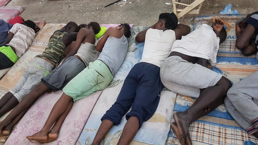 ANSA / مجموعة مهاجرين في مركز الاحتجاز في الزاوية، على بعد 30 كيلو مترا من العاصمة الليبية طرابلس. المصدر: أنسا/ زهير أبوسرويل.