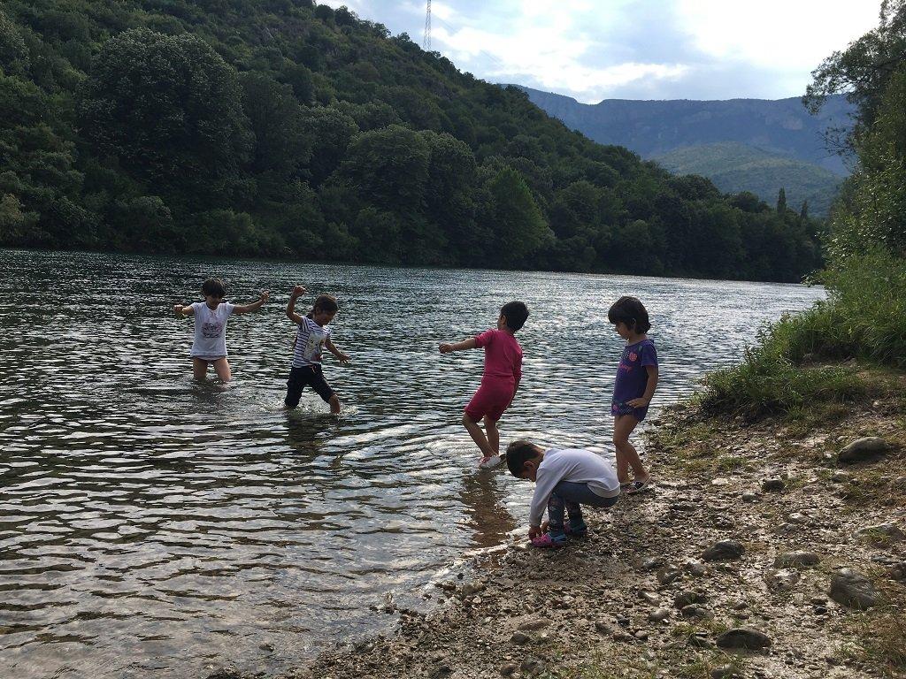 Des enfants du centre de Salakovac se baignent dans la rivière Mlava, en contrebas du camp. Crédit : InfoMigrants