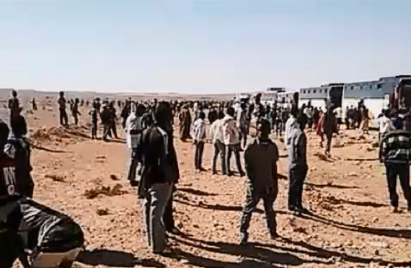 Le jeune Guinéen a documenté son retour forcé. Ici, une capture d'écran d'une vidéo montrant les bus algériens ayant déposé les migrants dans le désert.
