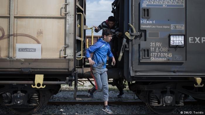 مهاجرون أثناء محاولة النزول من قطار لشحن البضائع