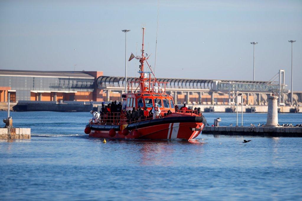 Les sauveteurs espagnols arrivent à Malaga après avoir porté secours à une embarcation de migrants. Crédit : Reuters