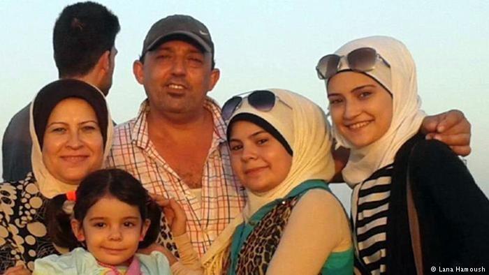 تأمل اللاجئتان السوريتان لانا وراما (على اليمين من الصورة) أن تجتمعا مرة أخرى بوالدهما ووالدتهما وأختهم الصغيرة