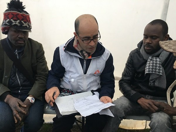 علی، مترجم فارسی زبان همراه دو مهاجر افریقایی. عکس از مهاجر نیوز