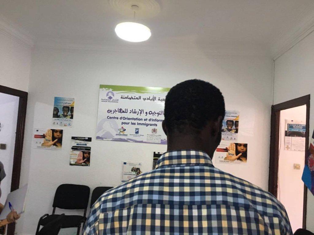 """أحمد مهاجر من ساحل العاج بمقر """"الأيادي المتضامنة"""" في تطوان بالمغرب"""