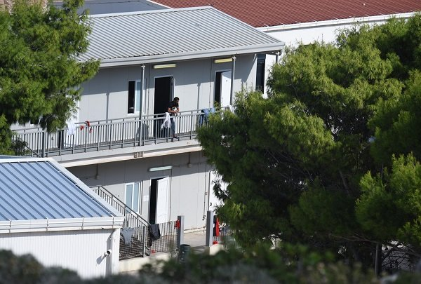 Photo du hotspot de Lampedusa où les migrants sont envoyés dès leur arrivée sur l'île. Ce centre de transit est entouré par un grillage et surveillé par des militaires italiens. Les migrants peuvent néanmoins sortir par un trou dans le grillage afin de se rendre en ville.  Cette situation est tolérée par les autorités italiennes.  Crédit : Mehdi Chebil