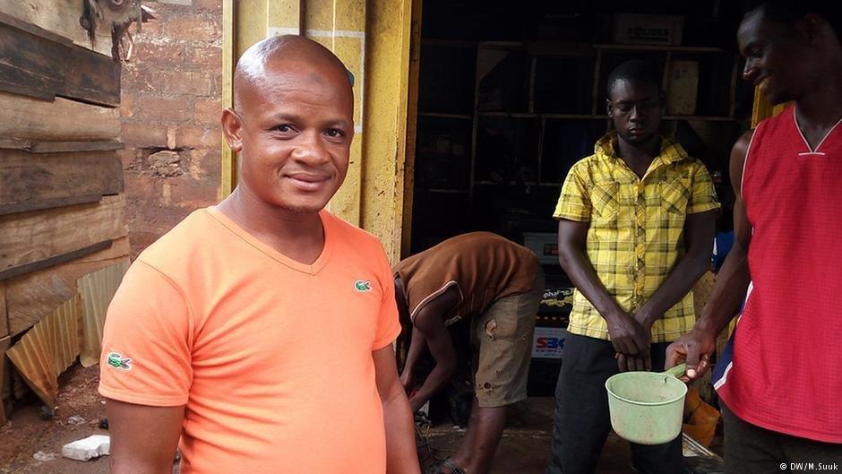 Le Ghanéen Uma Mashood a ouvert un atelier sur l'automobile en rentrant à Tamale, 2016. Photo: DW/M. Suuk