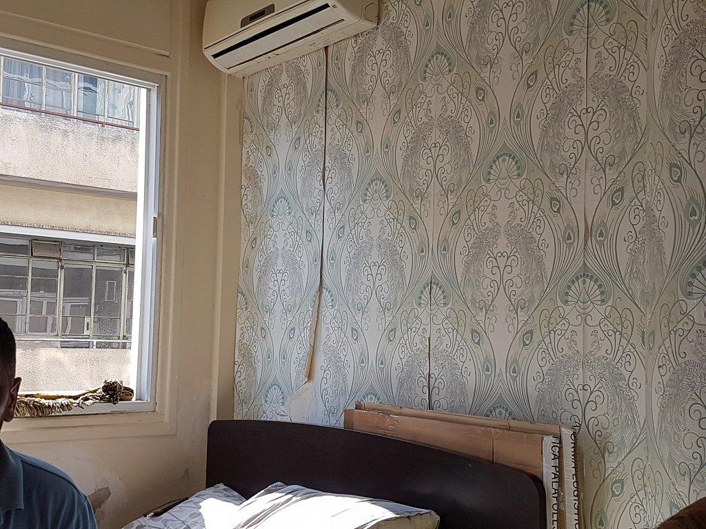 تبدو جدران الغرفة بحالة سيئة نسبيا، ولكنها بالنسبة للعائلة المكونة من 6 أشخاص أفضل من البقاء بلا مأوى. تصوير: شريف بيبي