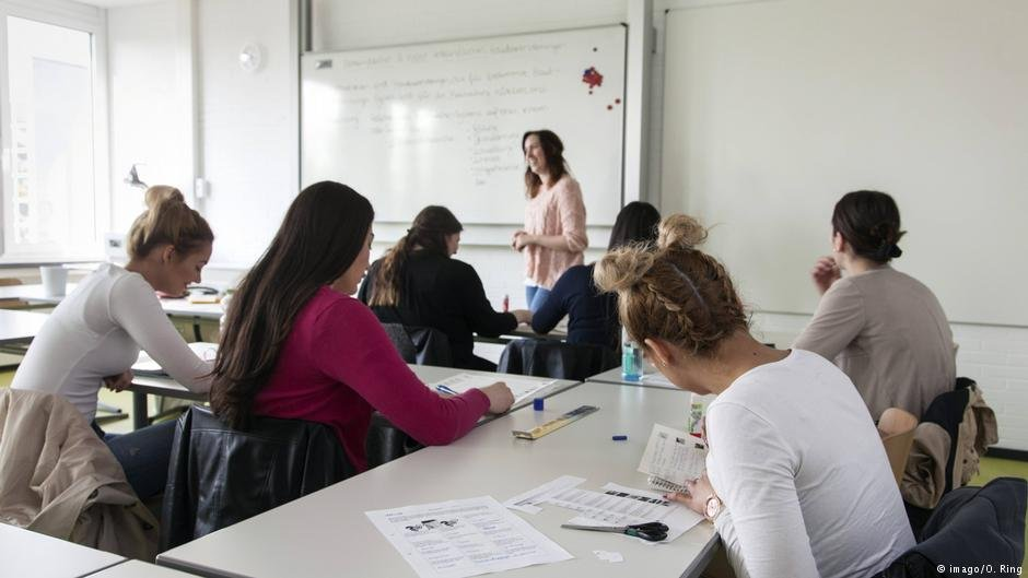 Learning German remains a prerequisite for most labor migrants | Photo: imago/O. Ring