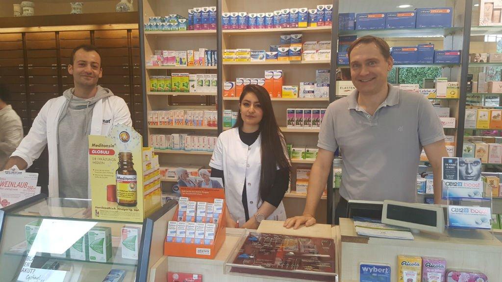 Sebastian Seibt |Badii Sleiman, Basma al Yasiri travaillent pour Thomas Winterfeld dans une pharmacie dans l'arrière pays de Leverkusen.