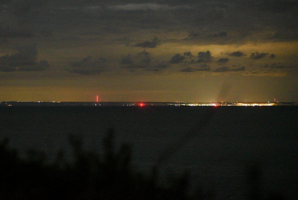 مهاجران از سواحل فرانسه چراغهای سرخ رنگ مخابراتی در سواحل انگلستان را به عنوان مقصد سفر خود تعیین میکنند،  ۳۱ اگست ۲۰۲۰. عکس از مهدی شبیل