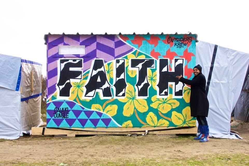 Dans la jungle de Calais, l'Ethiopien Kaiji a choisi le mot foi. Crédit : Seb Toussaint