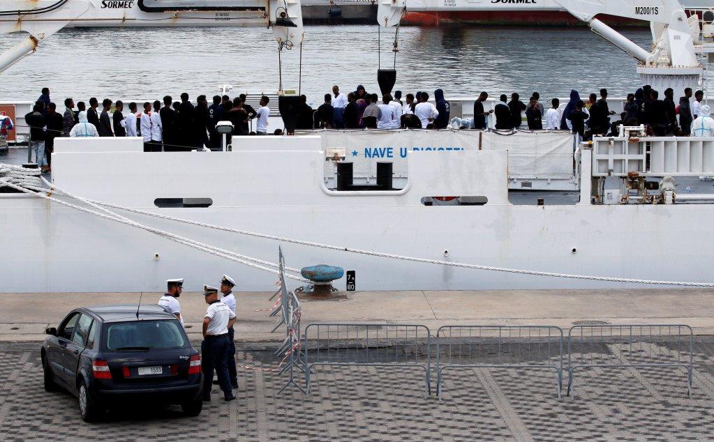 مهاجرون على متن سفينة خفر السواحل الإيطالي في ميناء كاتانيا بانتظار السماح لهم بالنزول في 21/08/2018. المصدر: رويترز