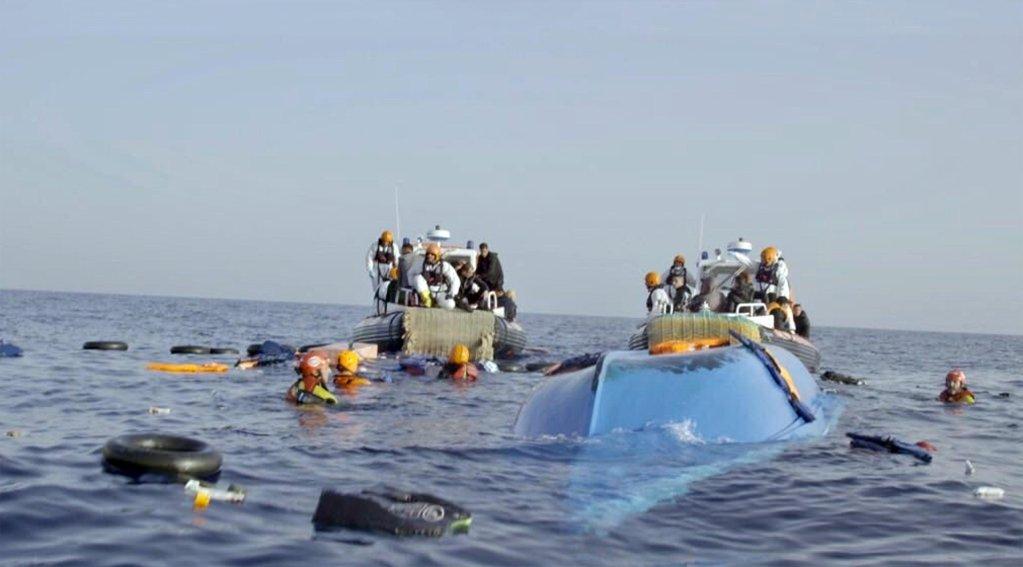 "ansa / عملية إنقاذ مهاجرين بواسطة حرس السواحل الإيطالي ومنظمة ""بروأكتيفا"" الإسبانية بالقرب من السواحل الليبية. المصدر: منظمة ""بروأكتيفا"""