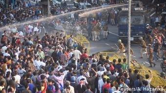 عکس از دویچه وله Reuters- A. Hazarika/ شهروندان هند در پیوند به تصویب قانون تابعیت دست به اعتراض زدند.