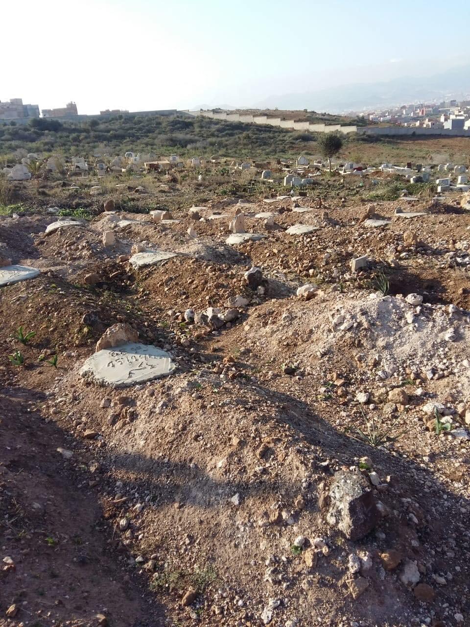 Le cimetière islamique de Nador compte de nombreuses tombes anonymes. Crédit : AMDH Nador