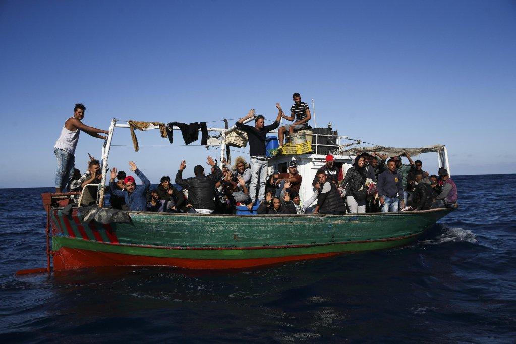 """قارب مبحر من تونس يقل مهاجرين يحاولون الوصول إلى صقلية . المصدر: """"إي بي إيه""""/ جوزيه سينا جولاو."""