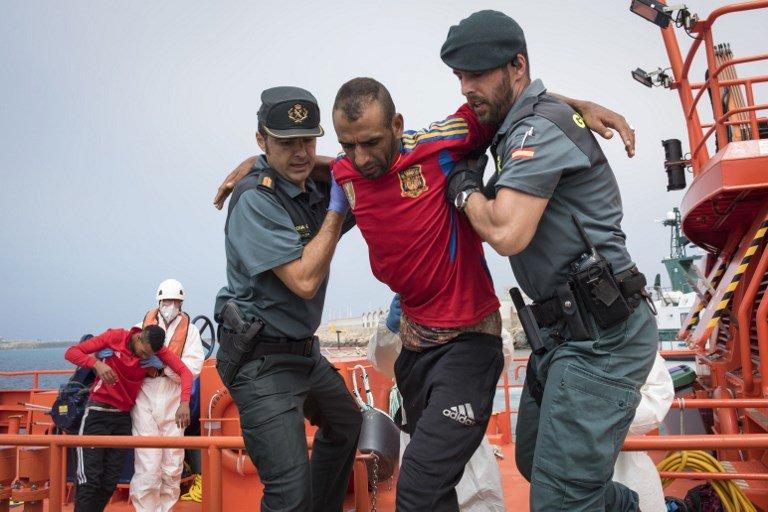 Marcos Moreno / AFP |Un migrant est débarqué au port de Tarifa après son sauvetage dans le détroit de Gibraltar par des garde-côtes espagnols.