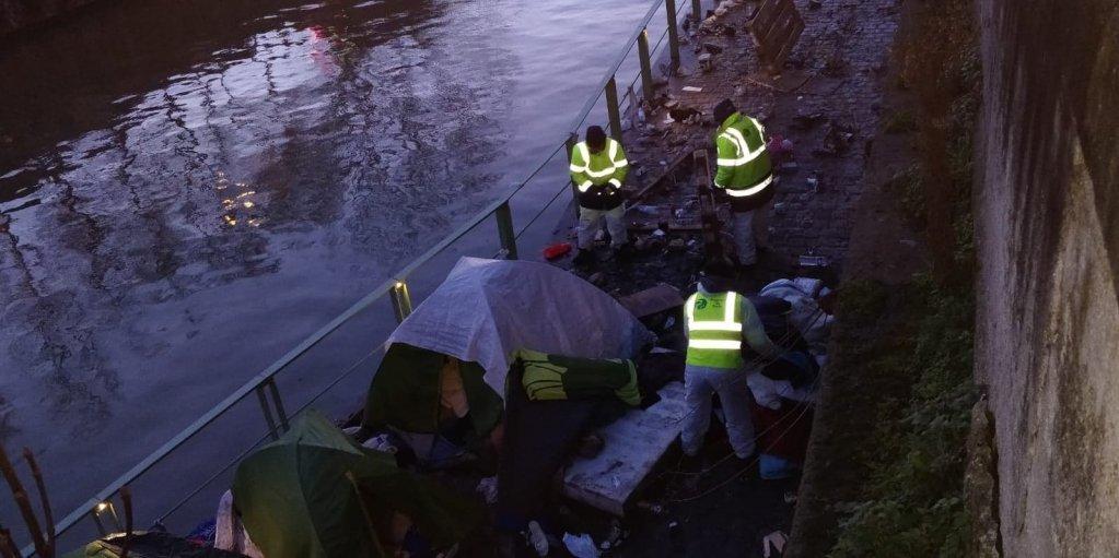 ماموران شهرداری در حال برچیدن خیمههای مهاجران در پورت دو له ویلت، ۴ فبروری ٢٠٢٠. عکس از مهاجر نیوز