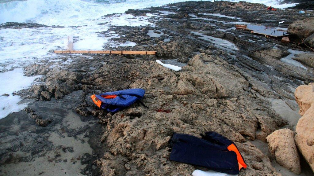 AFP |Des gilets de sauvetage utilisés par des migrants retrouvés sur les côtes libyennes le 19 juin.