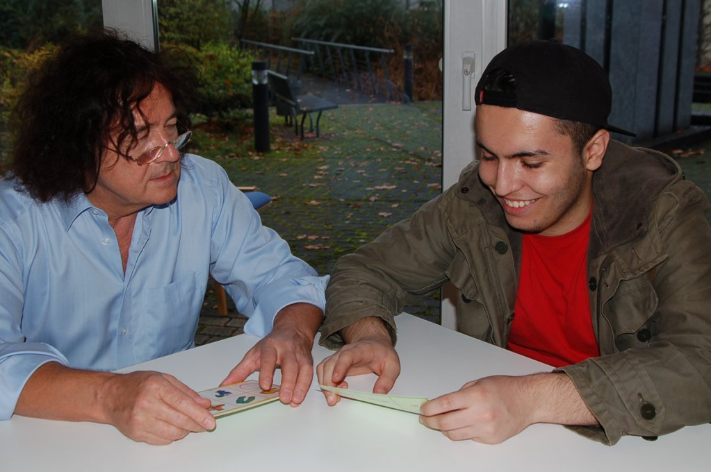 A mentor helping a young asylum seeker | Credit: Ceno e.V