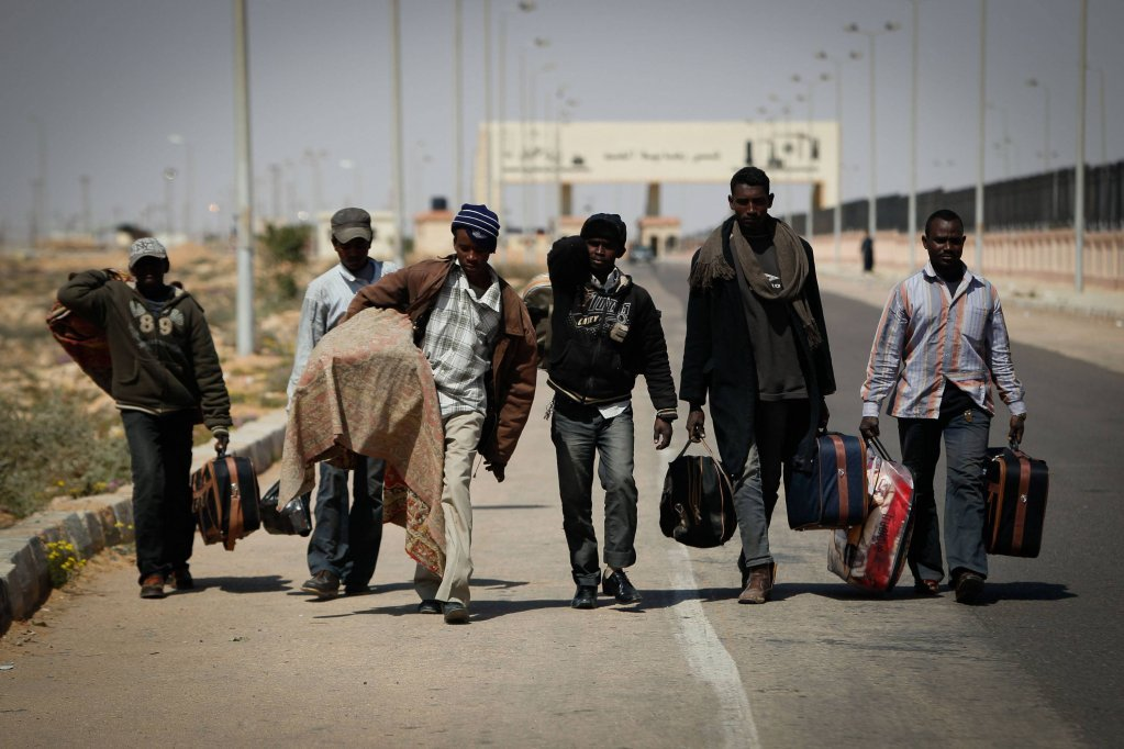 PHOTO  Des migrants africains traversent la frontire gyptienne  Sallum en 2011  Photo  ImagoXinhua