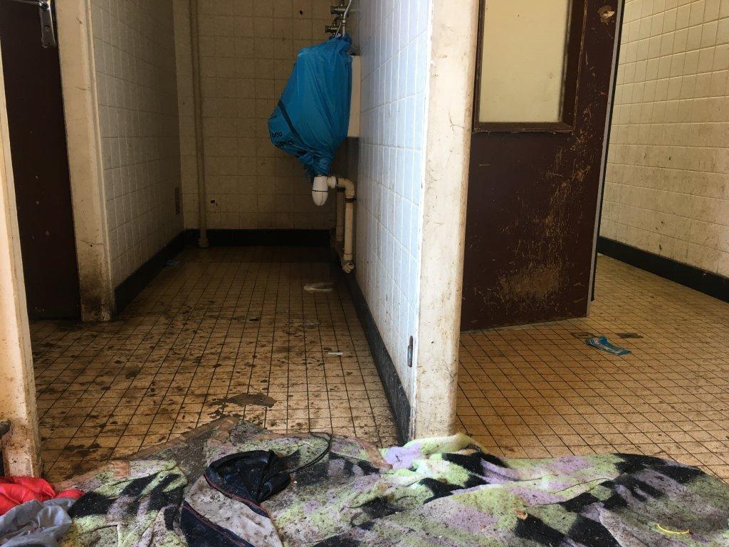 مهاجران از عدم نظافت در دوشها شکایت دارند. عکس از مهاجر نیوز