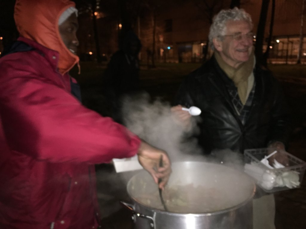 Volunteers from the organisation Cuistots solidaires serve soup to migrants Photo Boualem Rhoubachi for Info Migrants